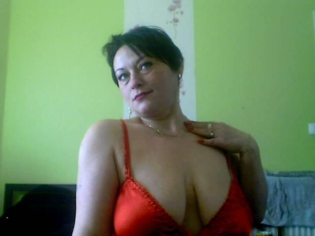 Busty cam girls live chat with plump, shapely milfs