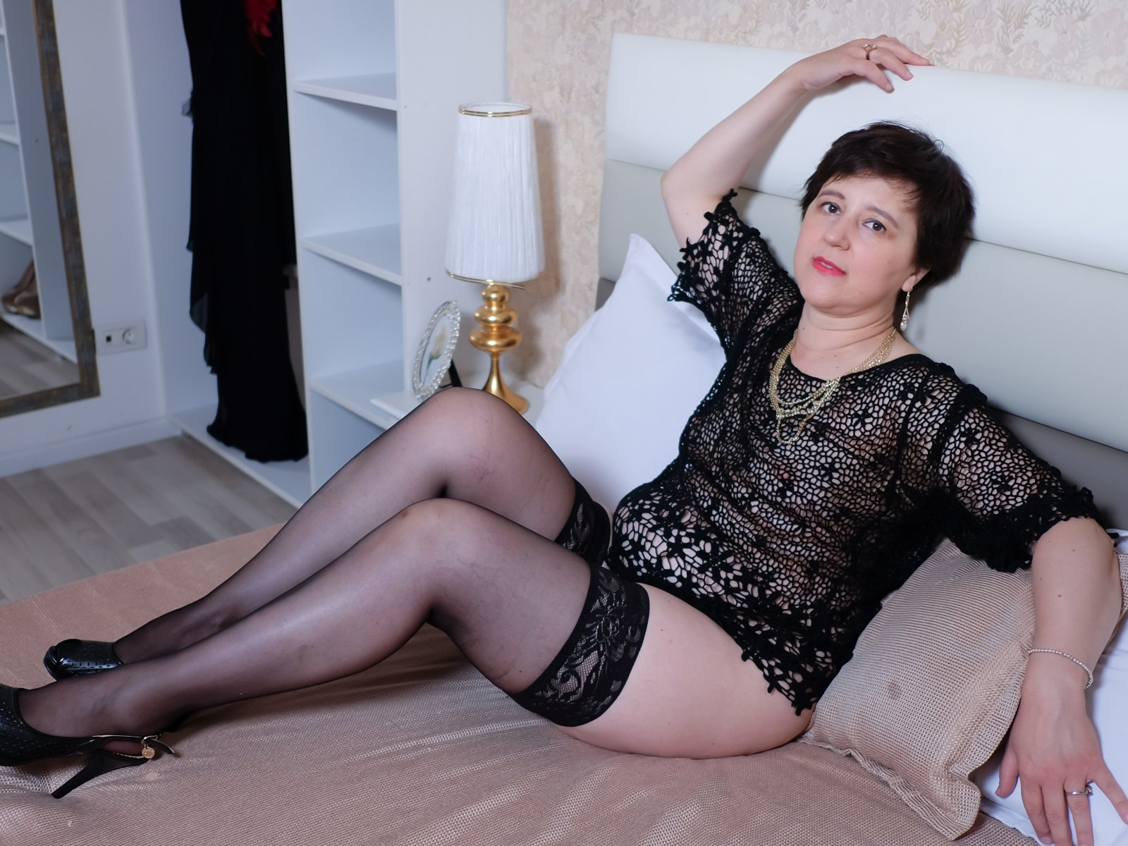 Трахаются кровати ебет зрелую женщину фото